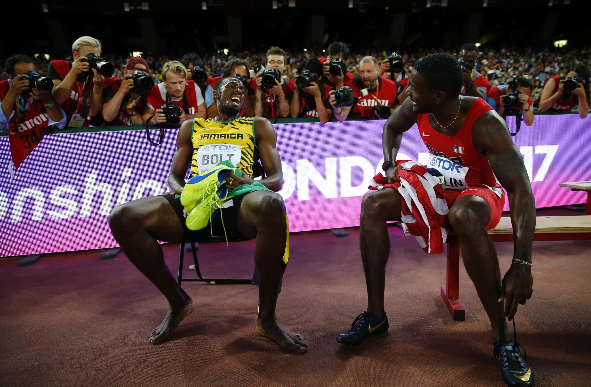 """Usain Bolt com o """"rival"""" Justin Gatlin em 2015. Nessa altura, Bolt ficou em primeiro lugar e Gatlin em segundo."""