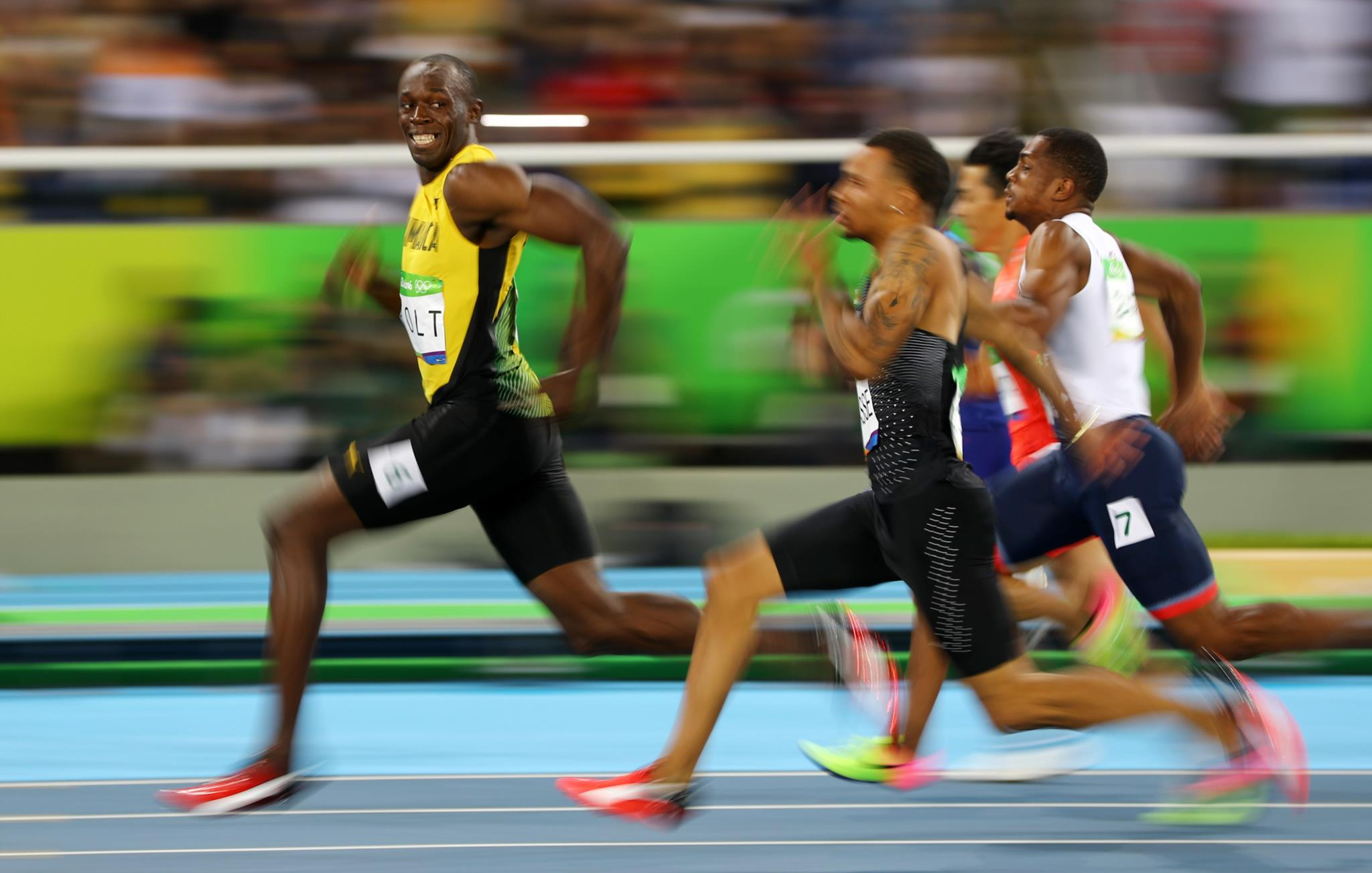 Meia-final dos 100m nos Jogos Olímpicos do Rio de Janeiro: Bolt sorri vitorioso antes de cortar a meta.