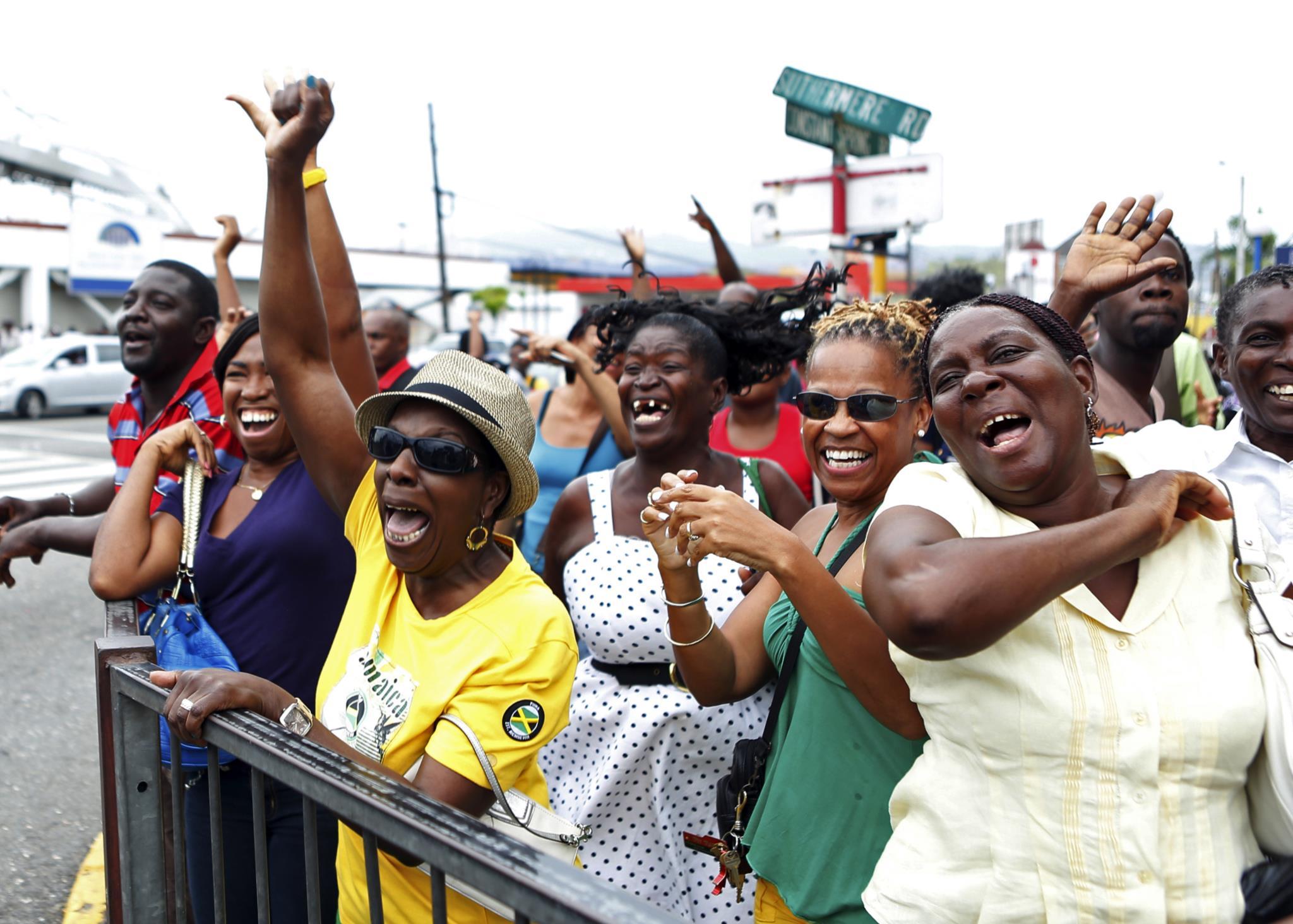 Fãs acompanham a prova de Bolt em Kingston, na Jamaica