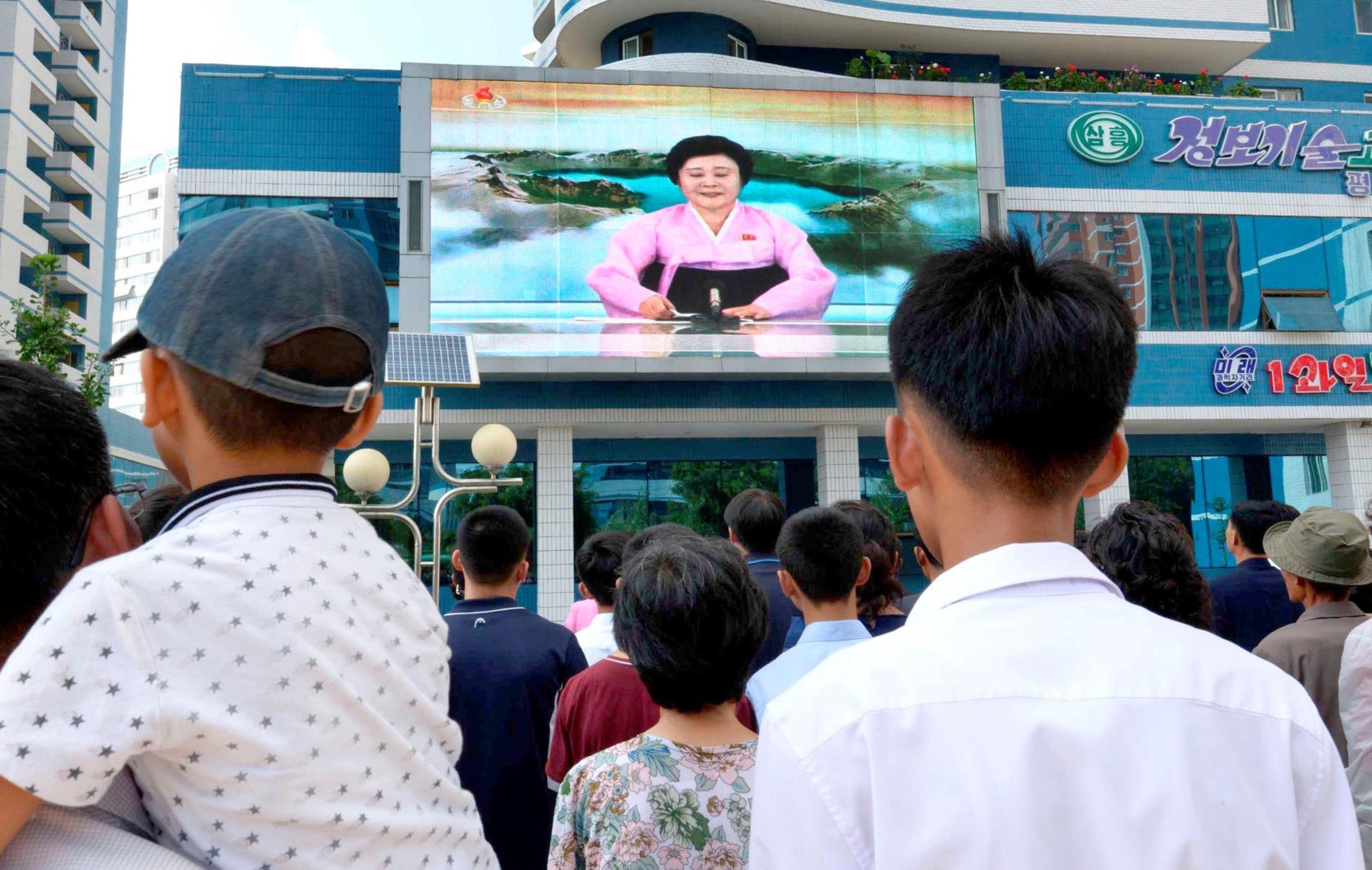 Norte-coreanos seguem as notícias num ecrã na capital Pyongyang