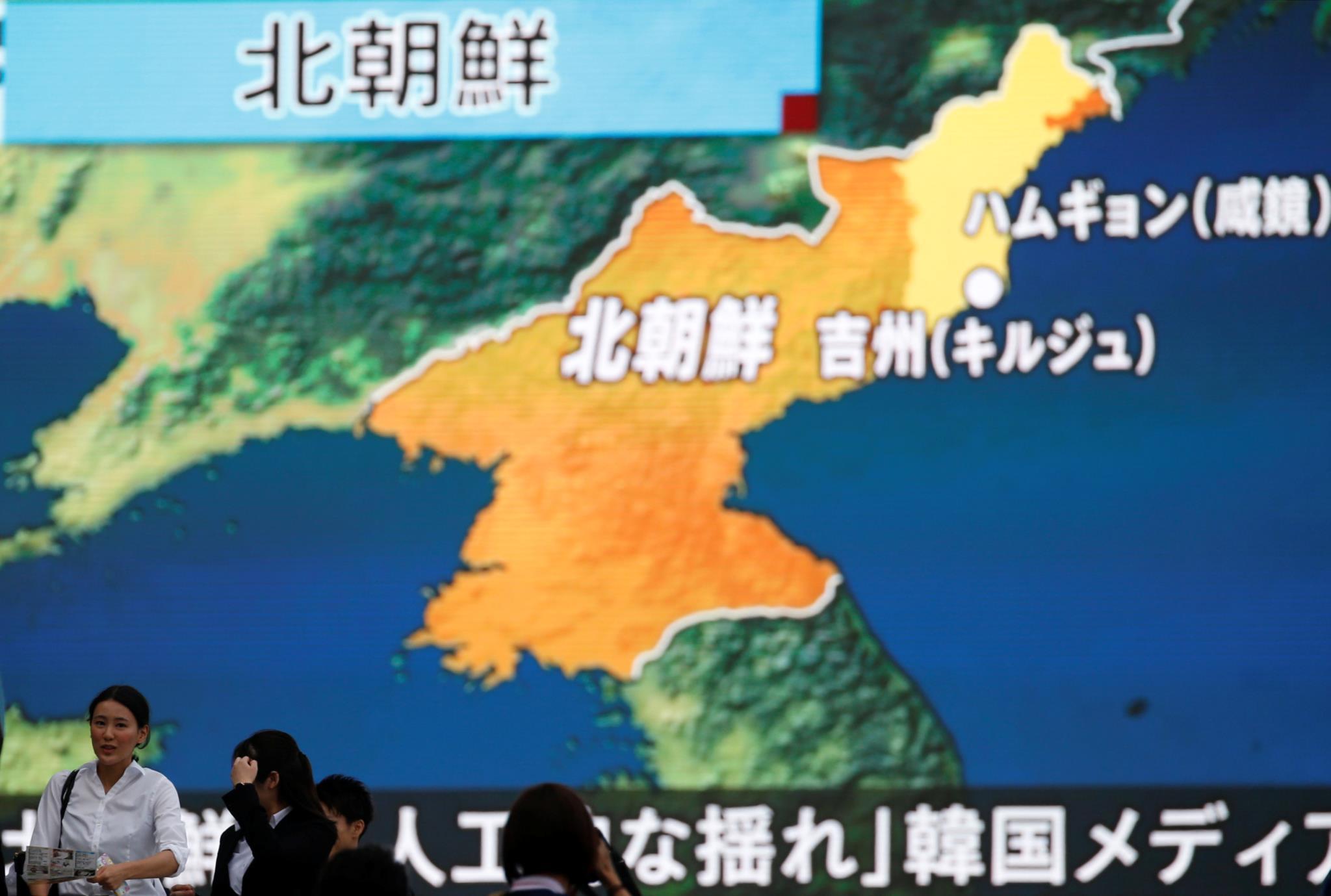 Japoneses acompanham as primeiras informações em Tóquio