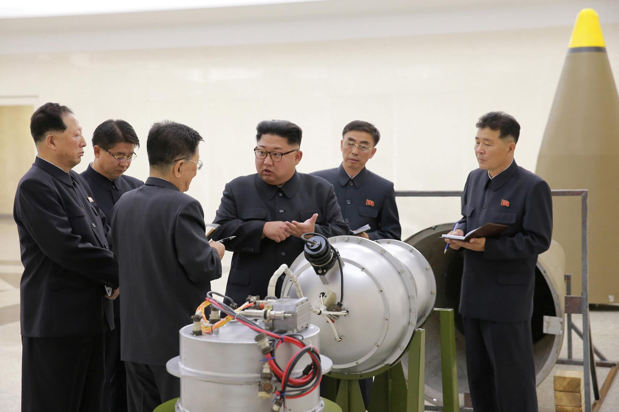 Os asiáticos reagem à detonação de uma bomba de hidrogénio. O teste deste domingo seguiu-se a uma visita de Kim Jong-un a um centro de pesquisa nuclear, na foto