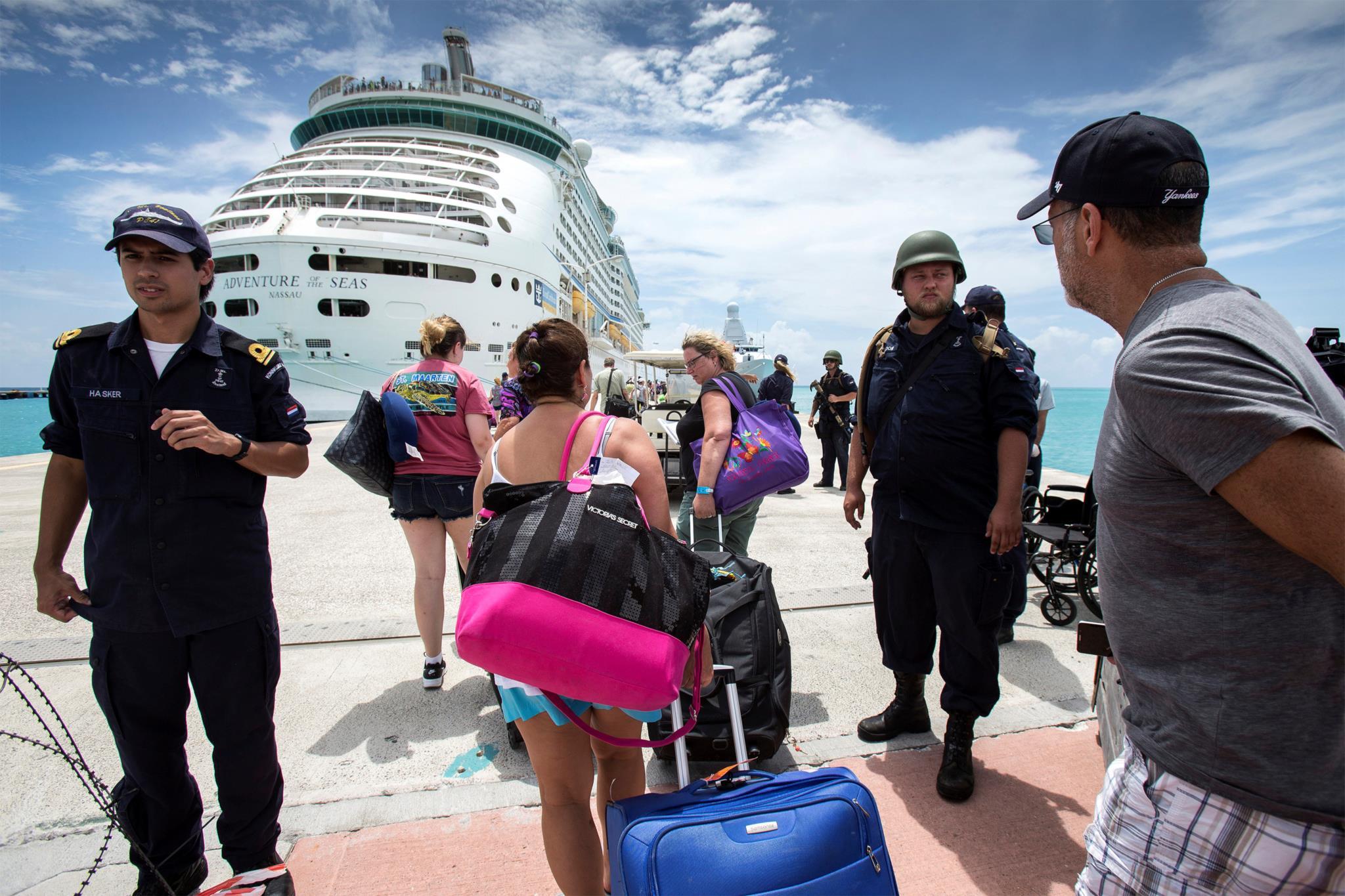 Turistas encaminham-se para um cruzeiro na ilha de São Martinho, no Nordeste das Antilhas, uma das mais afectadas pelo <i>Irma</i>