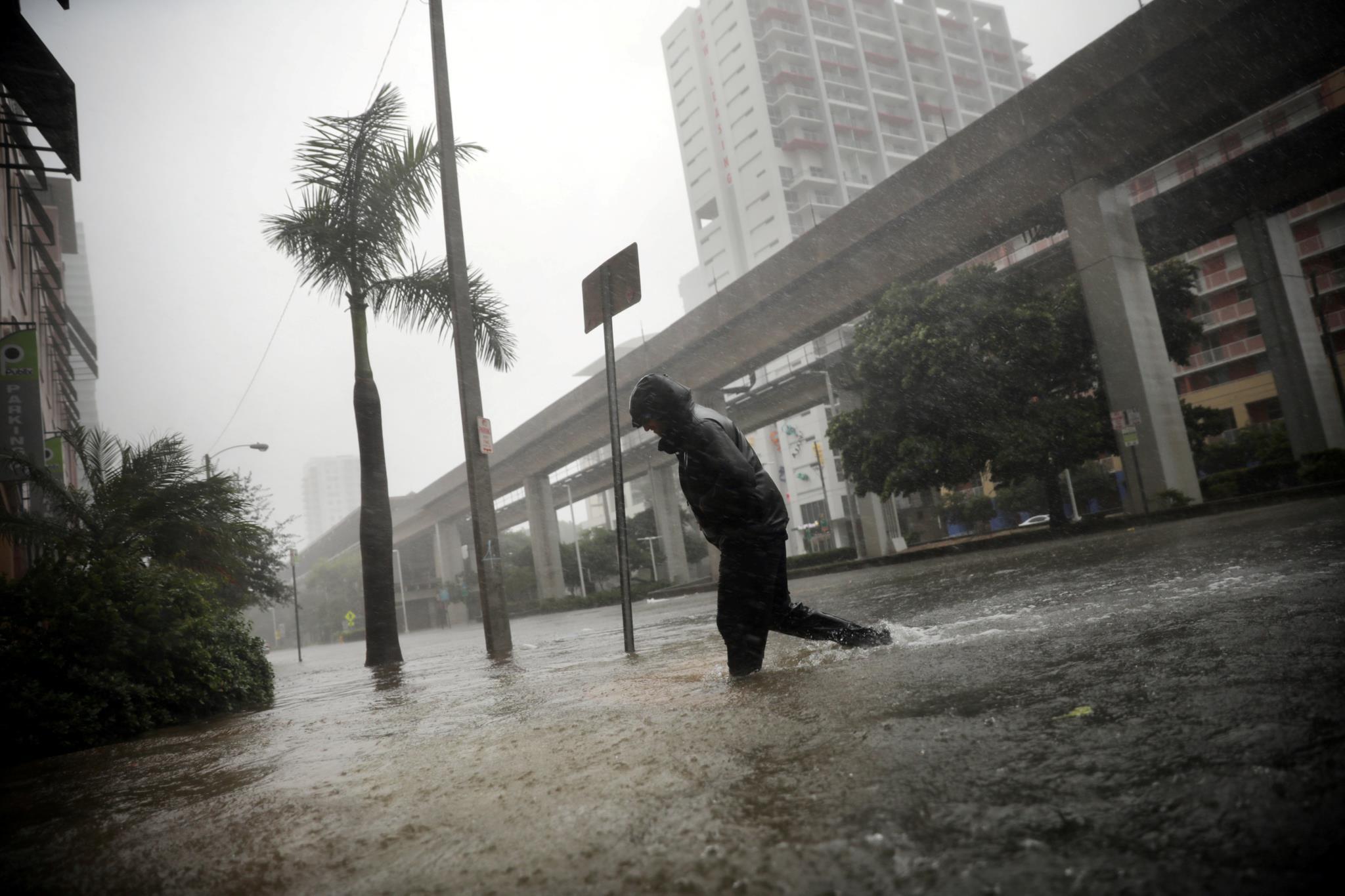 A baixa de Miami transformou-se num lago gigante horas depois de o furacão <i>Irma<i> ter chegado à Florida.