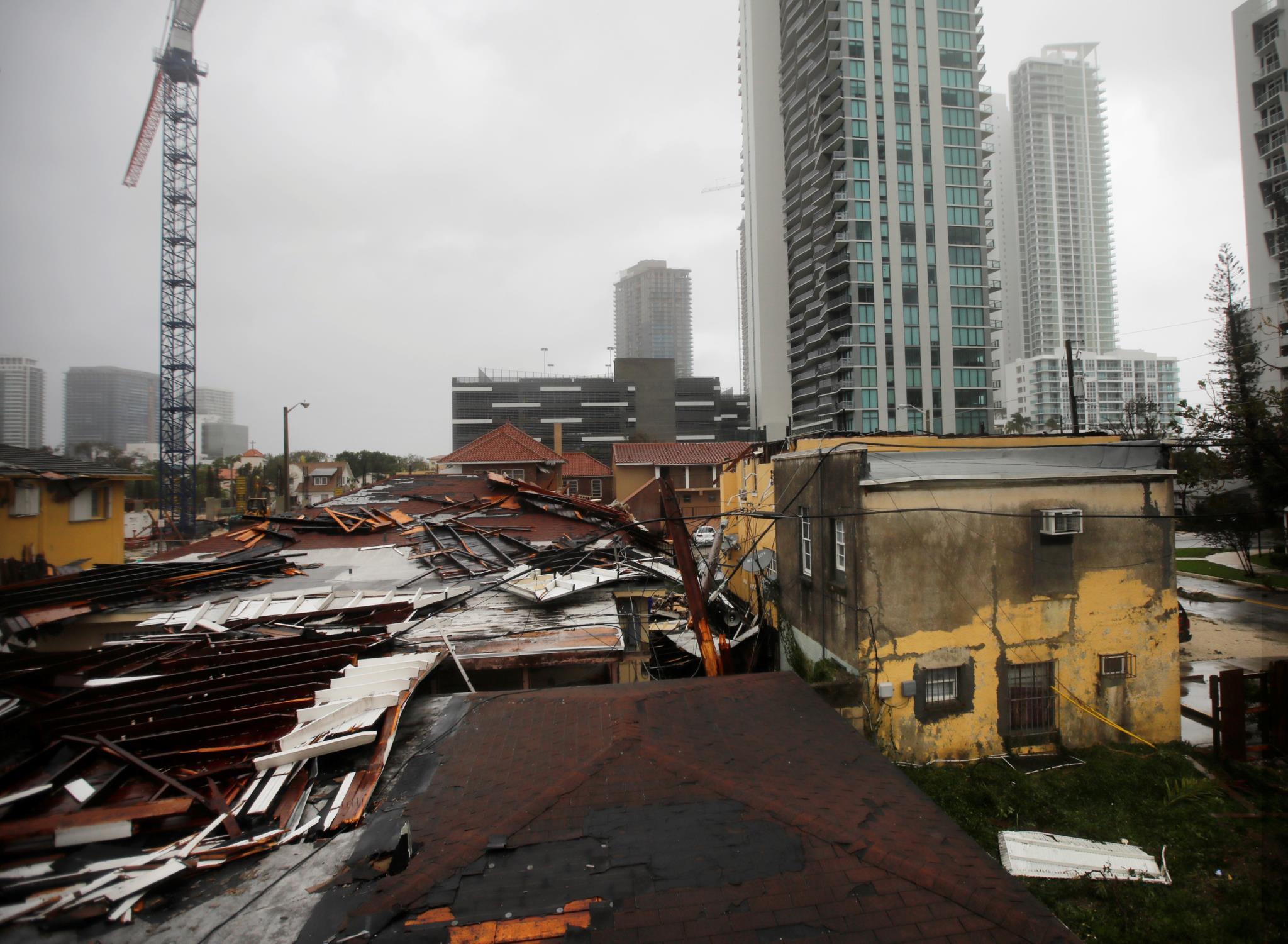 Telhados destruídos numa zona residencial de Miami, nos Estados Unidos