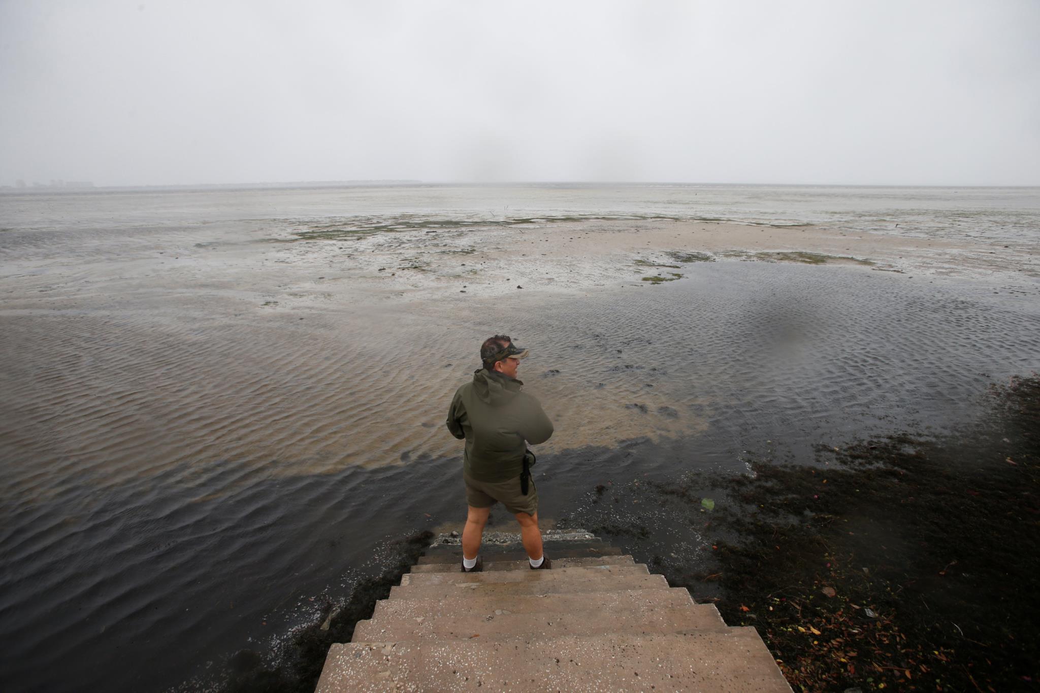 O porto de Tampa, na Florida, num momento em que o nível da água baixou consideravelmente, fenómeno que costuma anteceder uma subida rápida do mar