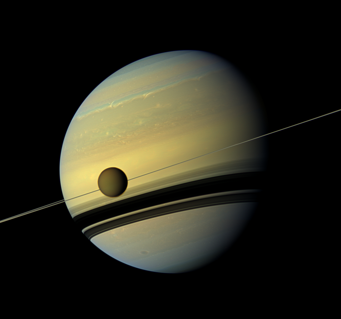 Titã, com 5150 quilómetros de diâmetro, passa à frente de Saturno (2012)