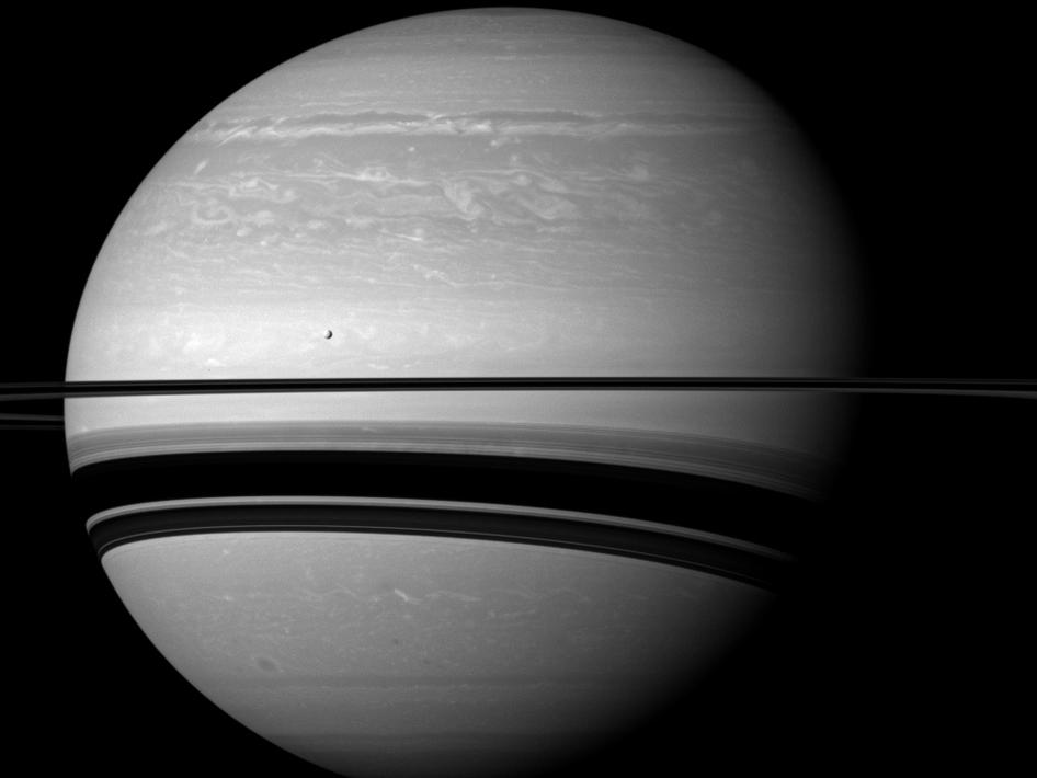 Com apenas 1060 quilómetros de diâmetro, Tétis é um ponto pequeno à frente do planeta gigante (2012)