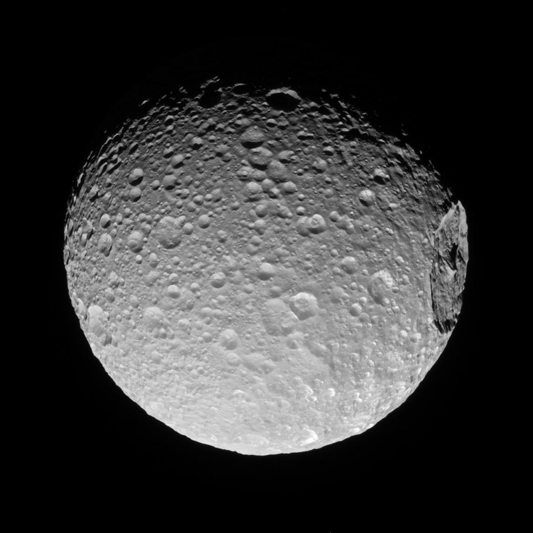 A cratera gigante Herschel não passa despercebida na topografia da lua Mimas (2016)