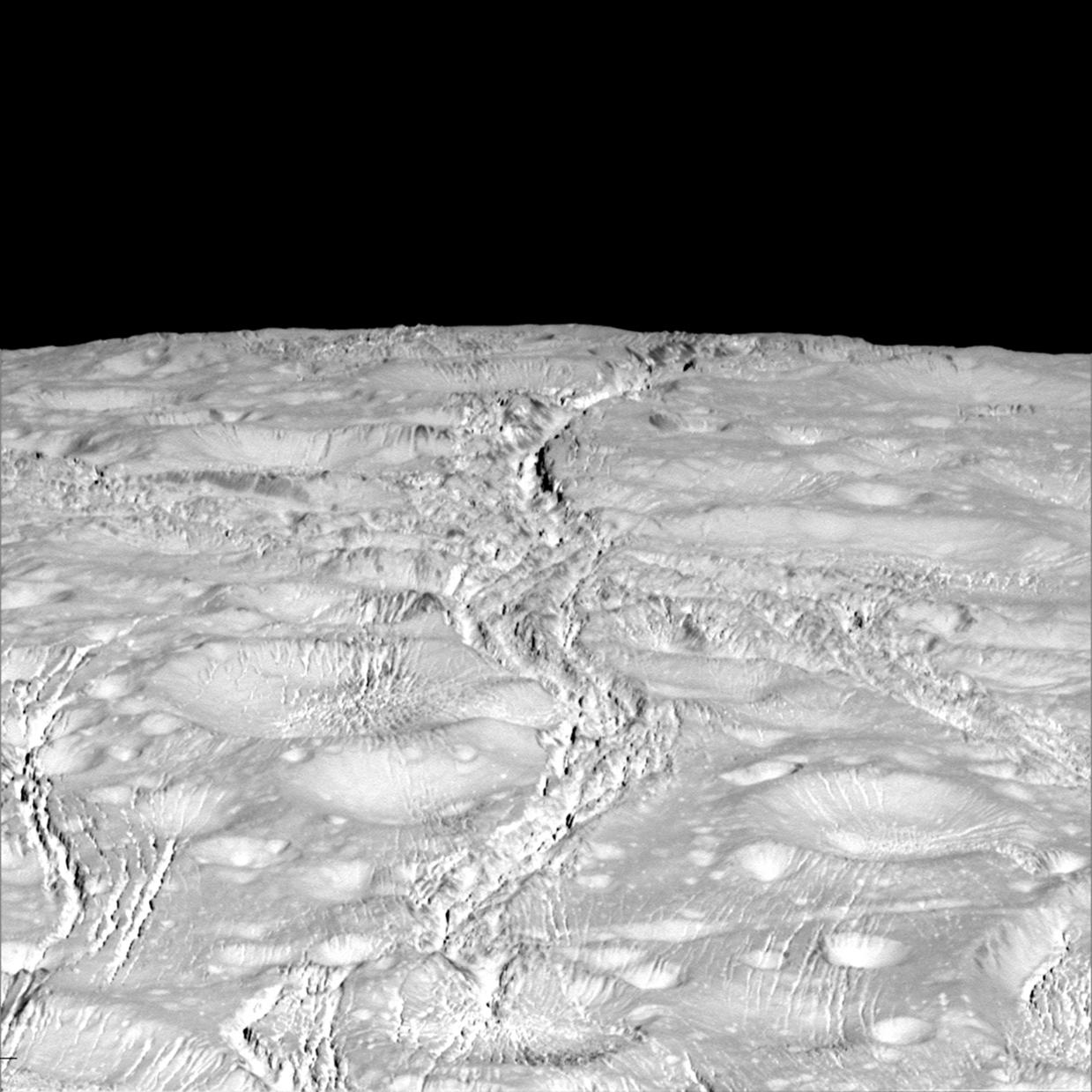 O Pólo Norte de Encelado, com crateras e fracturas (2015)