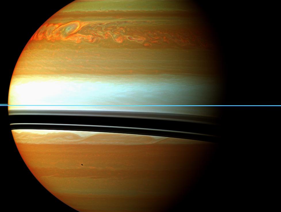 O vermelho, o laranja e o verde são cores falsas da atmosfera saturniana que destacam os vestígios de uma enorme tempestade que passou pelo planeta em 2010 e 2011 (2012)