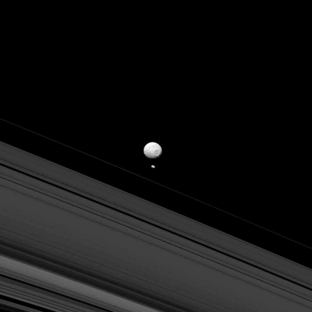 Duas luas de Saturno: Pandora e Mimas, a última com a sua enorme cratera reconhecível. Em primeiro plano, os anéis do planeta (2013)