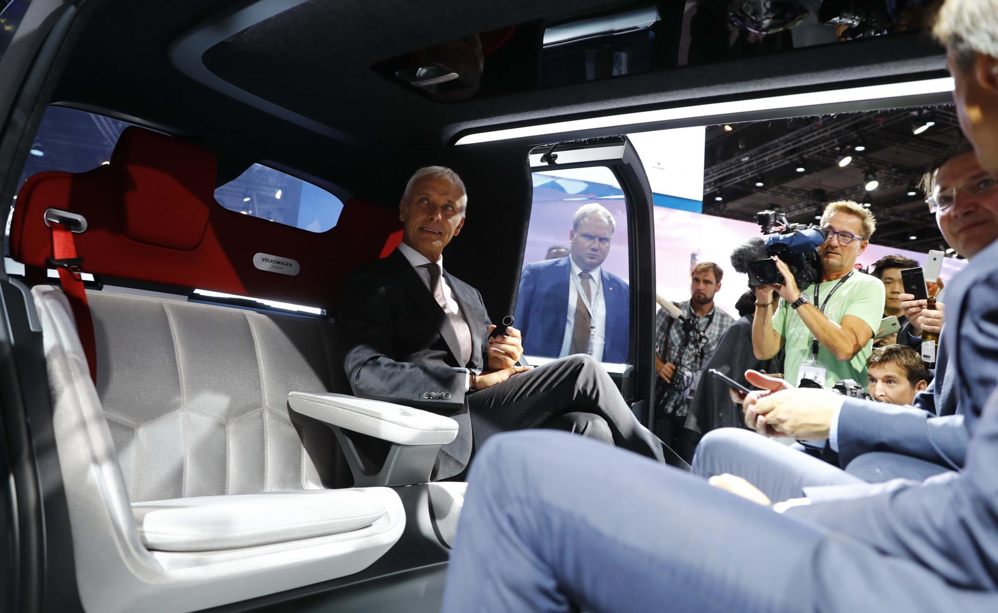 O director executivo da Volkswagen, Matthias Mueller, no interior do VW Sedric