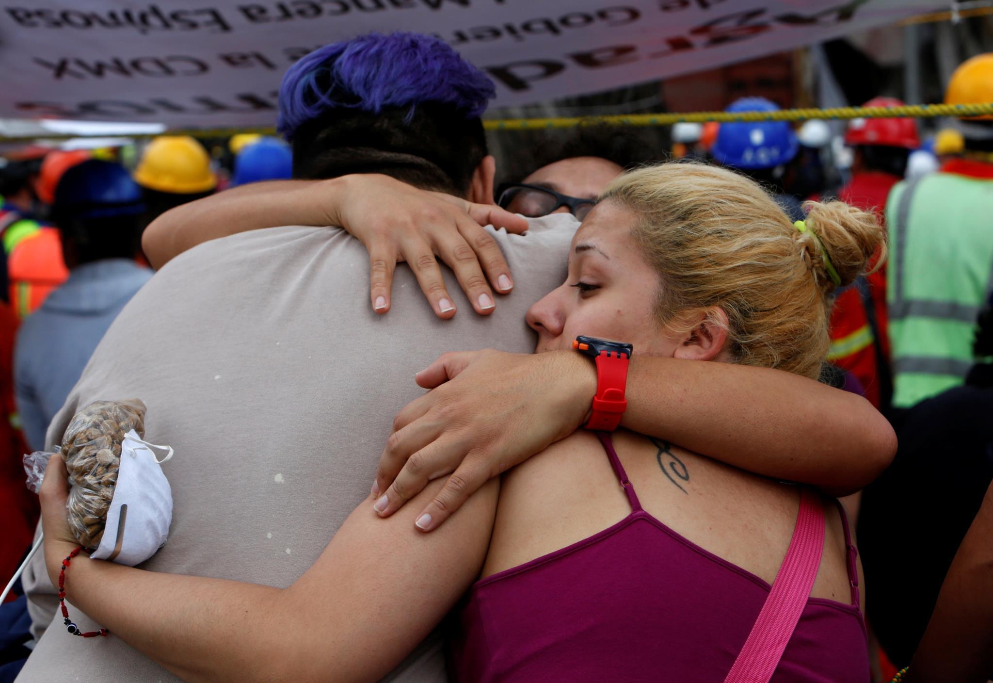 PÚBLICO - O desastre atingiu o México e a população uniu-se em busca de sobreviventes