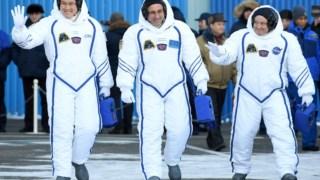 O cosmonauta russo Anton Shkaplerov (no centro), o astronauta norte-americano Scott Tingle (à direita) e o astronauta japonês Norishige Kanai (à esquerda). É a terceira missão do russo à Estação Espacial Internacional e a primeira dos outros dois astronautas