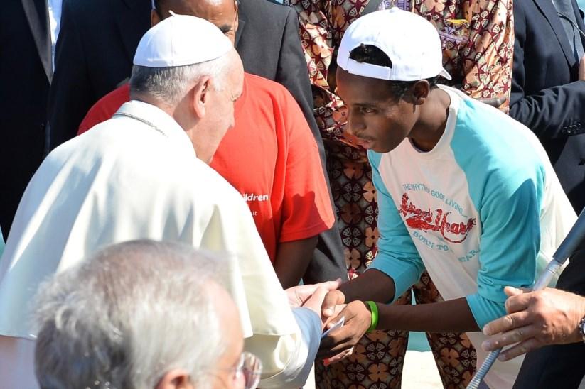 PÚBLICO - A sua primeira visita oficial fora de Roma, em 2013, foi à ilha de Lampedusa, que se tinha tornado o ponto de chegada de dezenas de milhares de desesperados migrantes vindos do Norte de África