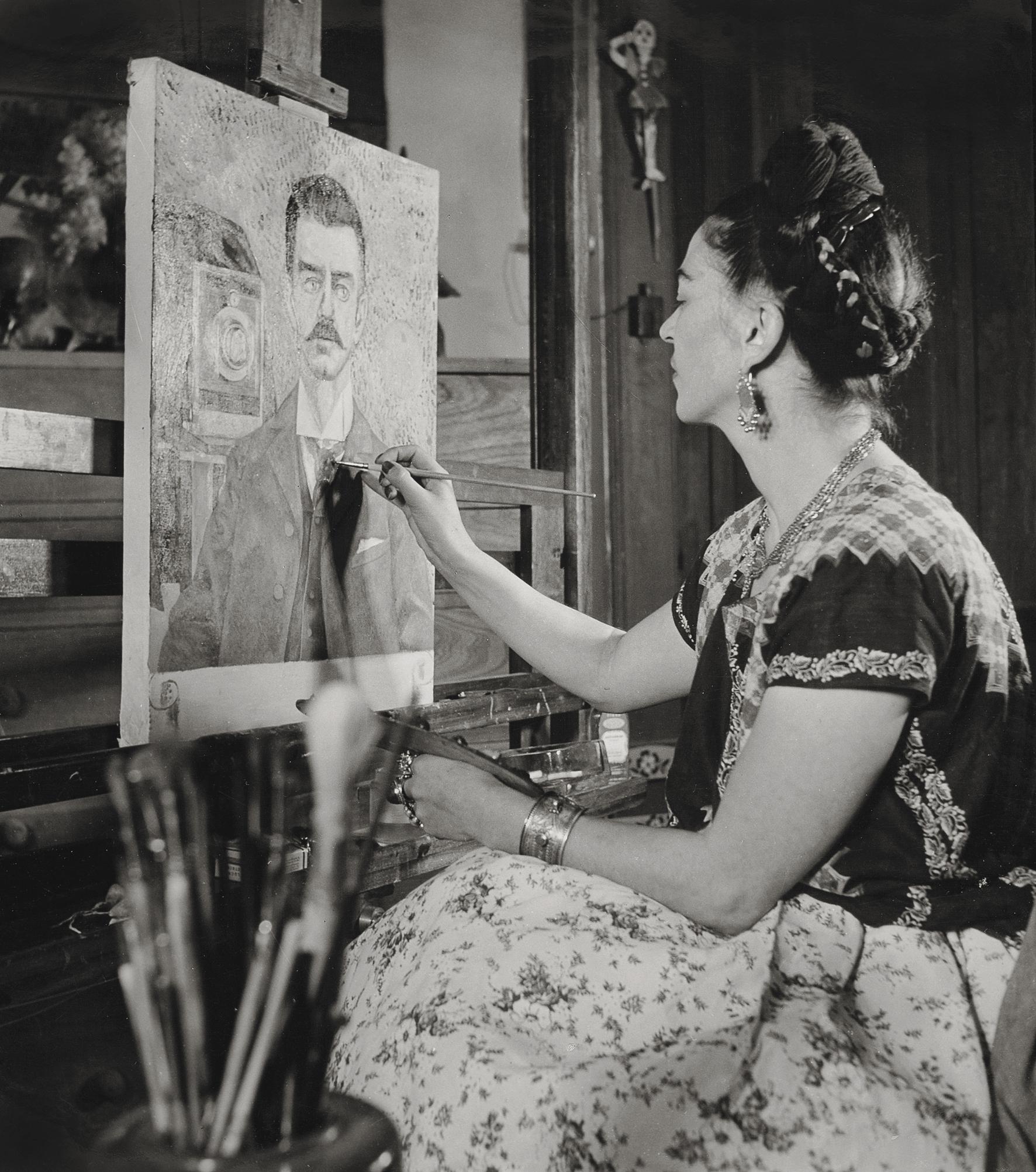 Frida  pintando  o  retrato  de  seu  pai, por  Gisèle  Freund,  1951  ©  Museu  Frida  Kahlo