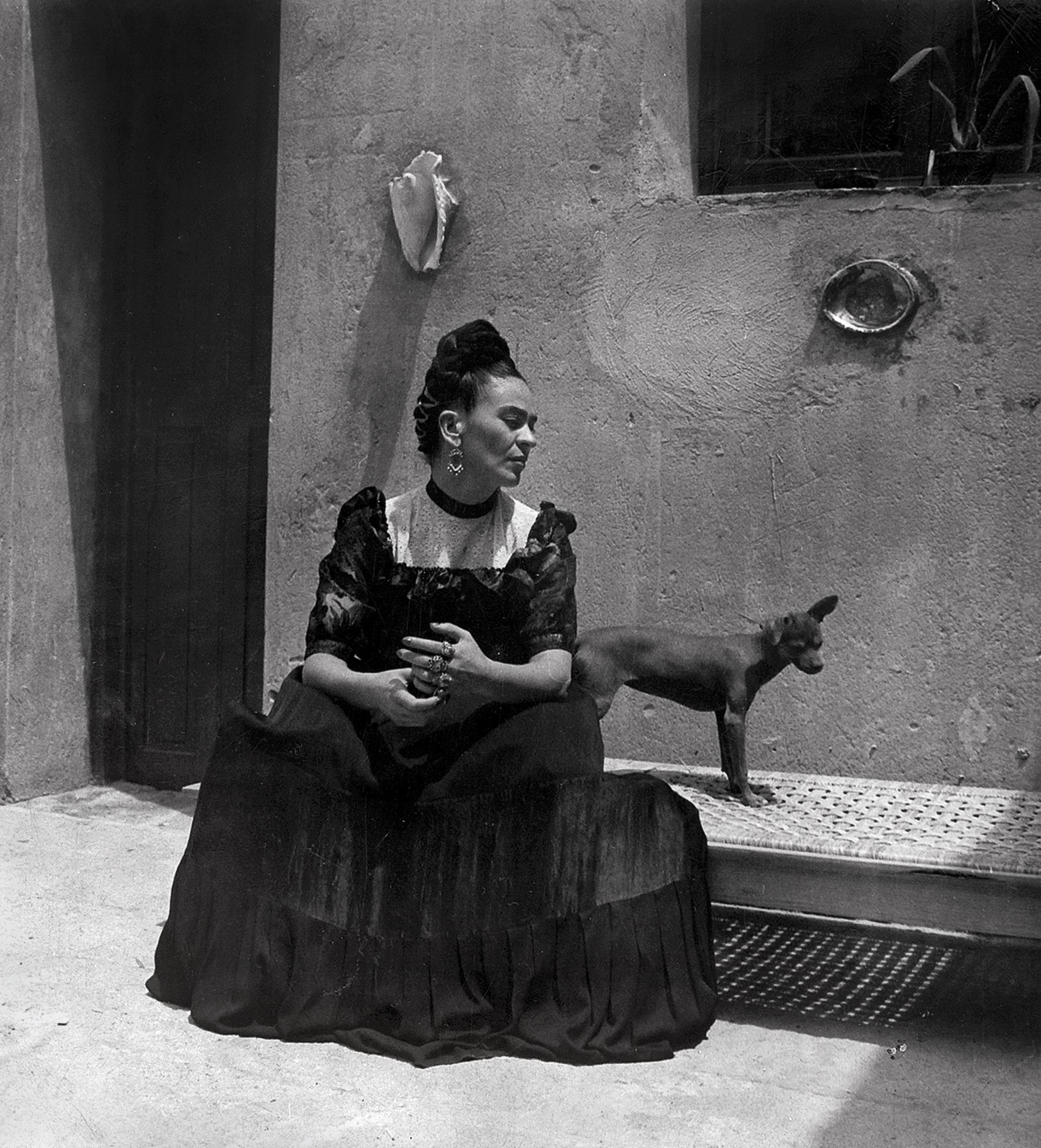 Frida  Kahlo, por Lola  Álvarez  Bravo,  ca.  1944  ©Museu  Frida  Kahlo
