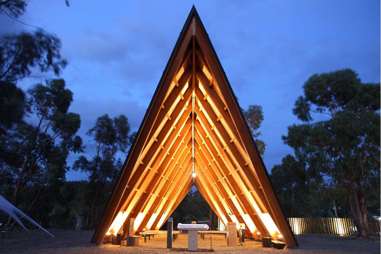 Uma capela que é uma tenda em plena floresta