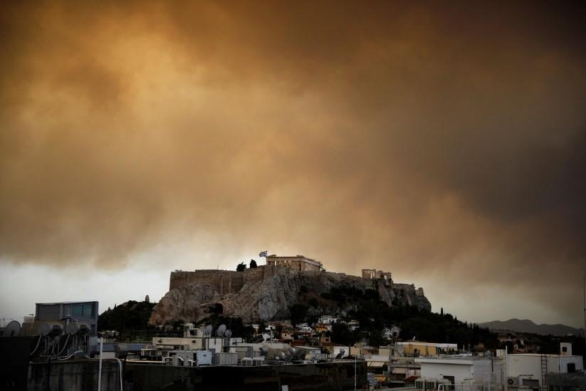 """Resultado de imagem para Incêndios matam pelo menos 74 pessoas na Grécia. """"Quando viram que o fim se aproximava, abraçaram-se"""""""
