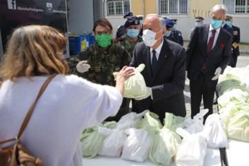 PÚBLICO - De luvas e máscara, Marcelo ajudou na distribuição de comida a quem precisa