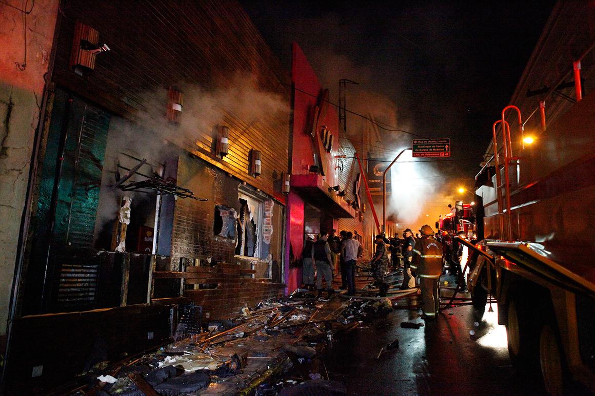 A rua em que se situa a discoteca, quando ainda havia fumo a sair do interior do edifício