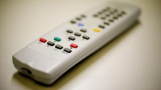 Estar sentado a ver televisão pode piorar a produção de espermatozóides