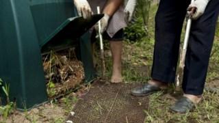 A compostagem transforma resíduos orgânicos vegetais em fertilizanteésticos e, em simultâneo, a produção de fertilizante natural