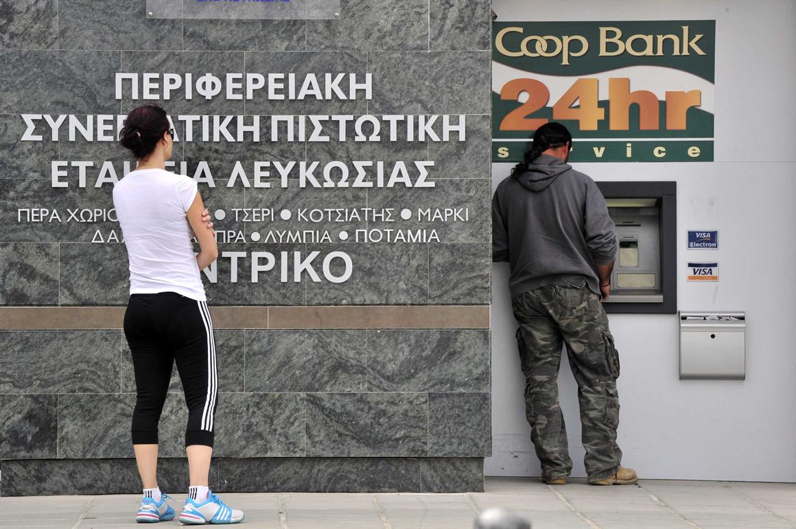 Com os bancos encerrados, os cipriotas estão a tentar levantar dinheiros nas caixas ATM
