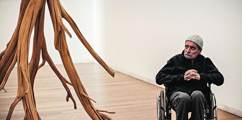 Alberto Carneiro junto à Árvore da vida, a peça que abre o percurso da exposição