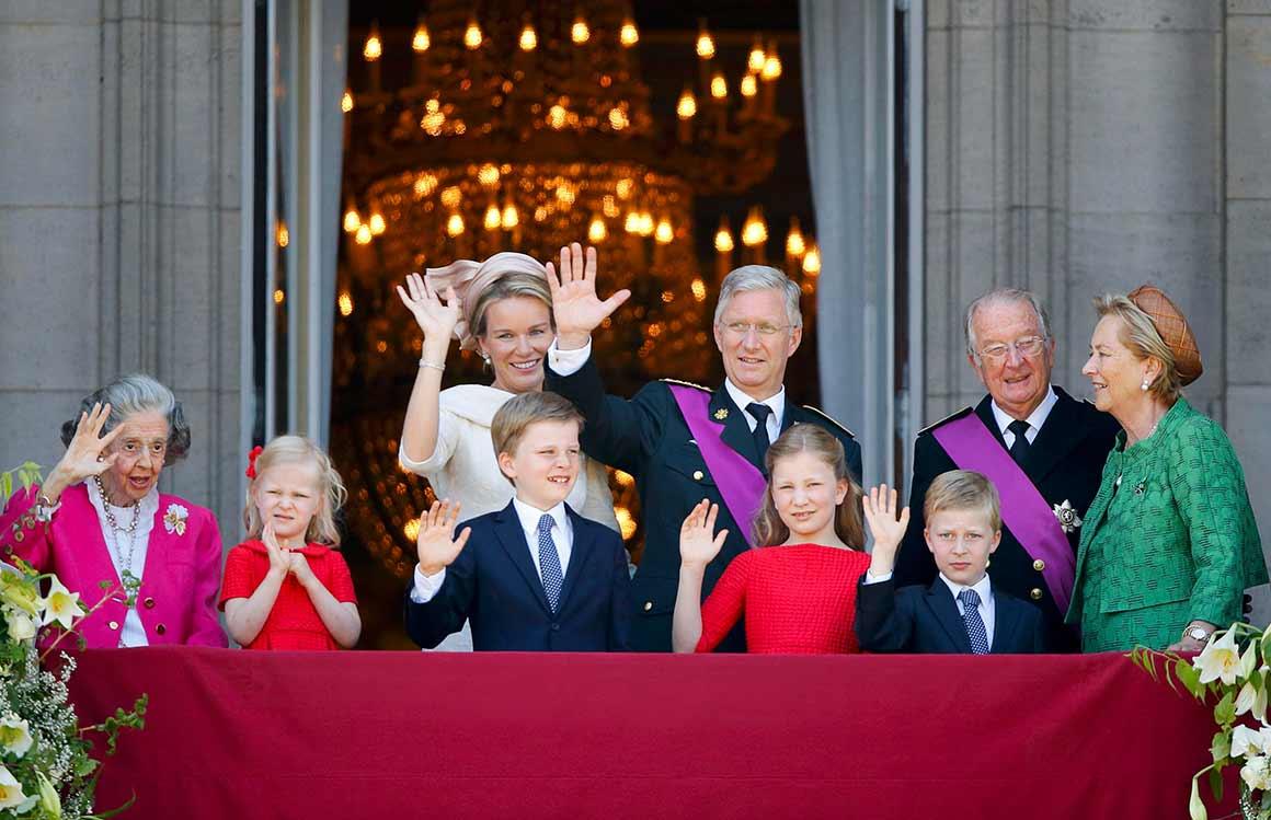 O cumprimento habitual ao povo do novo rei, Philippe I e da nova rainha, Mathilde