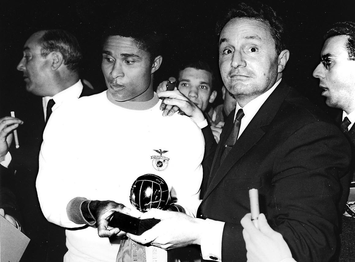 Eusébio a receber a Bola de Ouro, em 1965