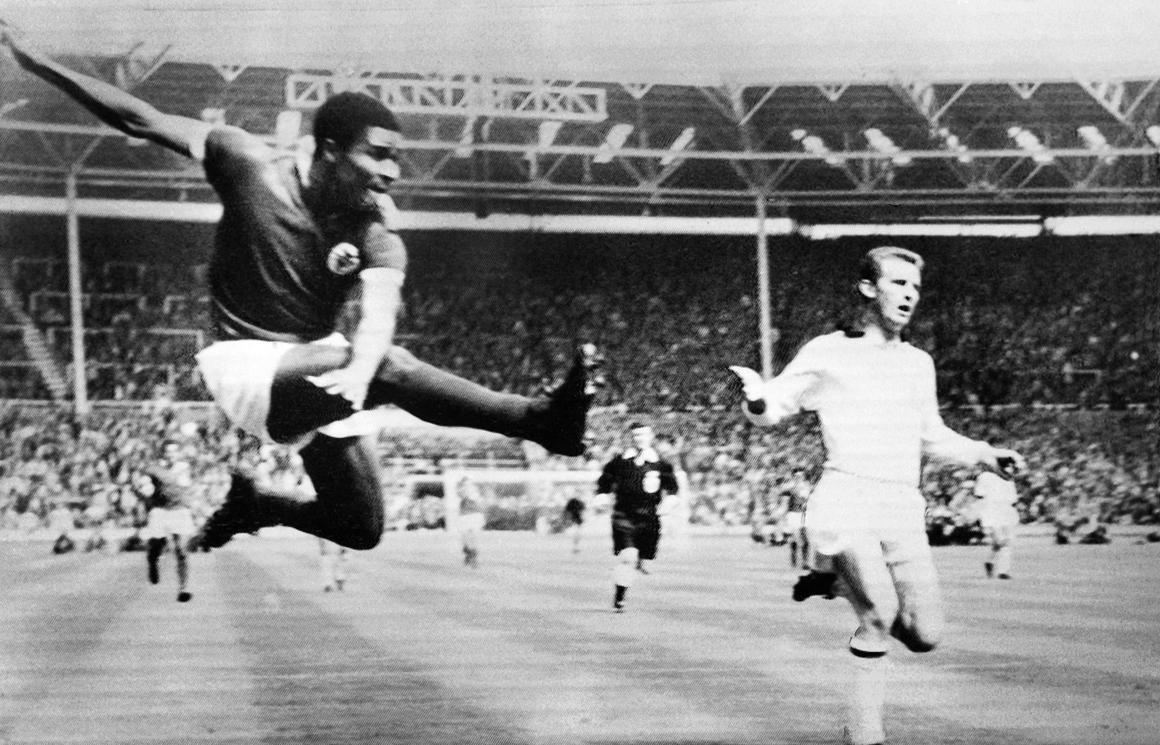 Eusébio remata a bola no jogo entre o Benfica e o AC Milan da Taça dos Clubes Campeões Europeus, em Wembley