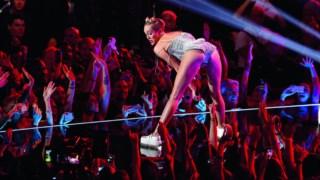 Em 2013 muito se falou de novas e imaginativas formas de activar a curiosidade do público, a propósito de Daft Punk, Kanye West ou Arcade Fire, mas em termos de falatório Miley Cyrus bateu-os a todos