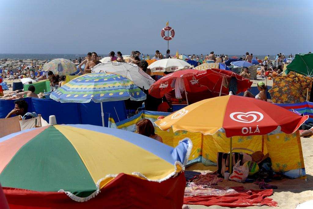 Autoridade marítima alerta que chapéu-de-sol fora do sítio devido pode dar multa