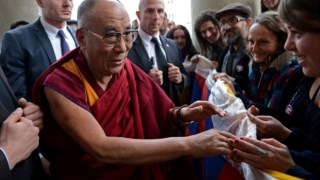 O Dalai Lama em Varsóvia, onde se realizou o encontro dos premiados com o Nobel da Paz em 2013