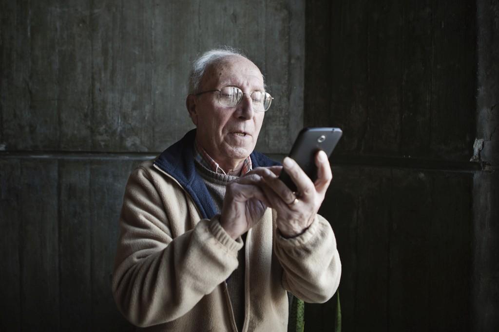 O sr. Baptista é saudável e corre poucos riscos de queda, diz-lhe o telefone