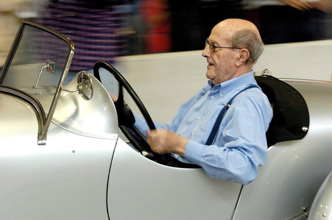 Manoel de Oliveira conduzindo um Ford Especial recuperado, numa feira automóvel na Exponor