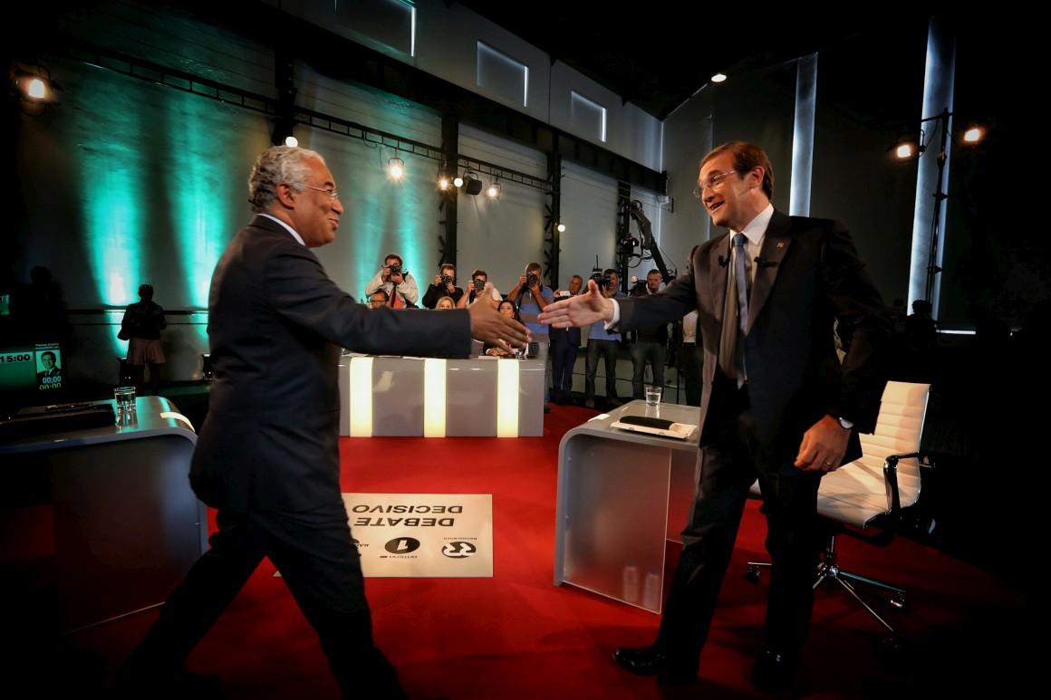 António Costa e Pedro Passos Coelho cumprimentam-se antes do início do debate